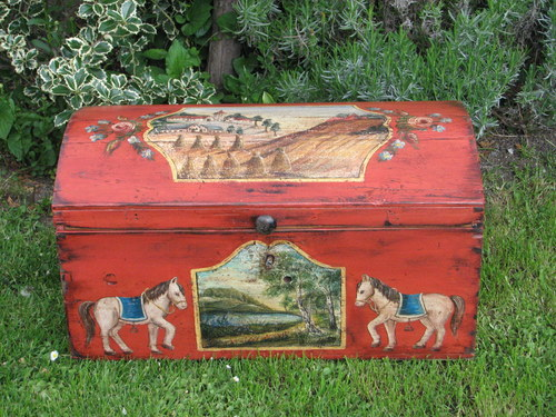 Selská malovaná truhla červená s malbou krajiny a koníků 2