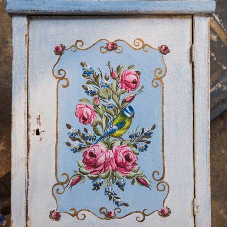 Závěsná malovaná skříňka - lékárnička s růžemi a sýkorkou