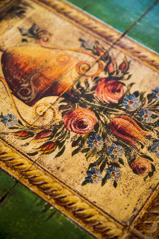 Malovaná truhla tmavě zelená s květinami detail