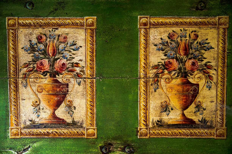 Malovaná truhla tmavě zelená s květinami detail 2