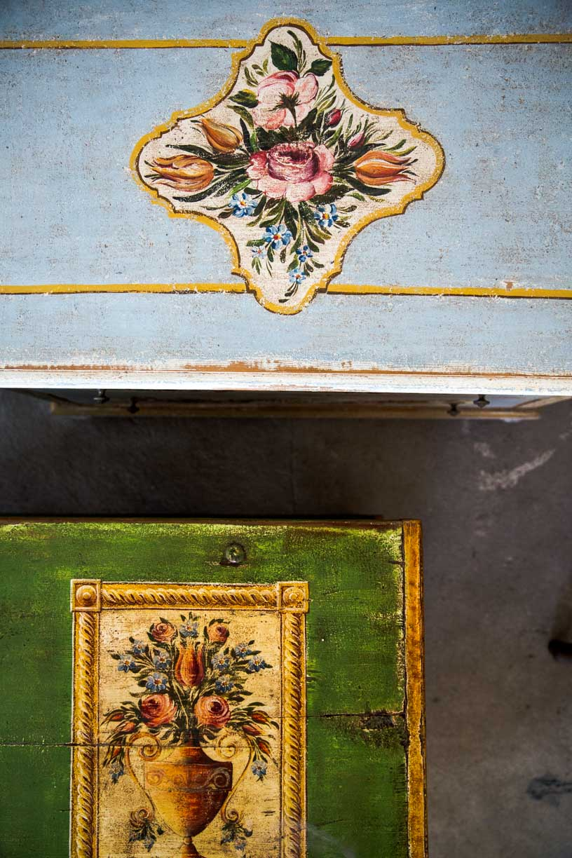 Malovaná truhla tmavě zelená s květinami detail 3