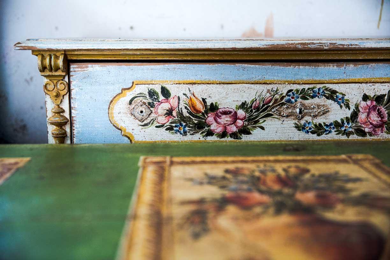 Malovaná truhla tmavě zelená s květinami detail 5