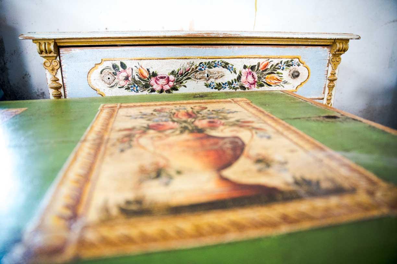 Malovaná truhla tmavě zelená s květinami detail 7