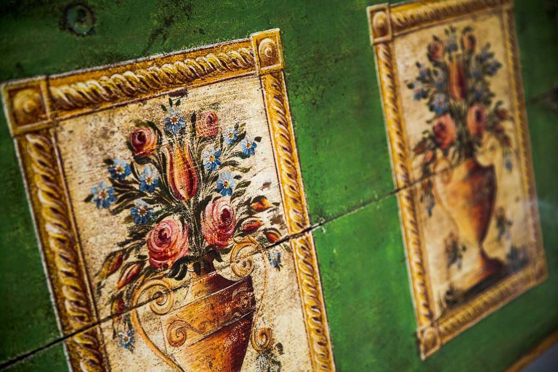 Malovaná truhla tmavě zelená s květinami detail 10