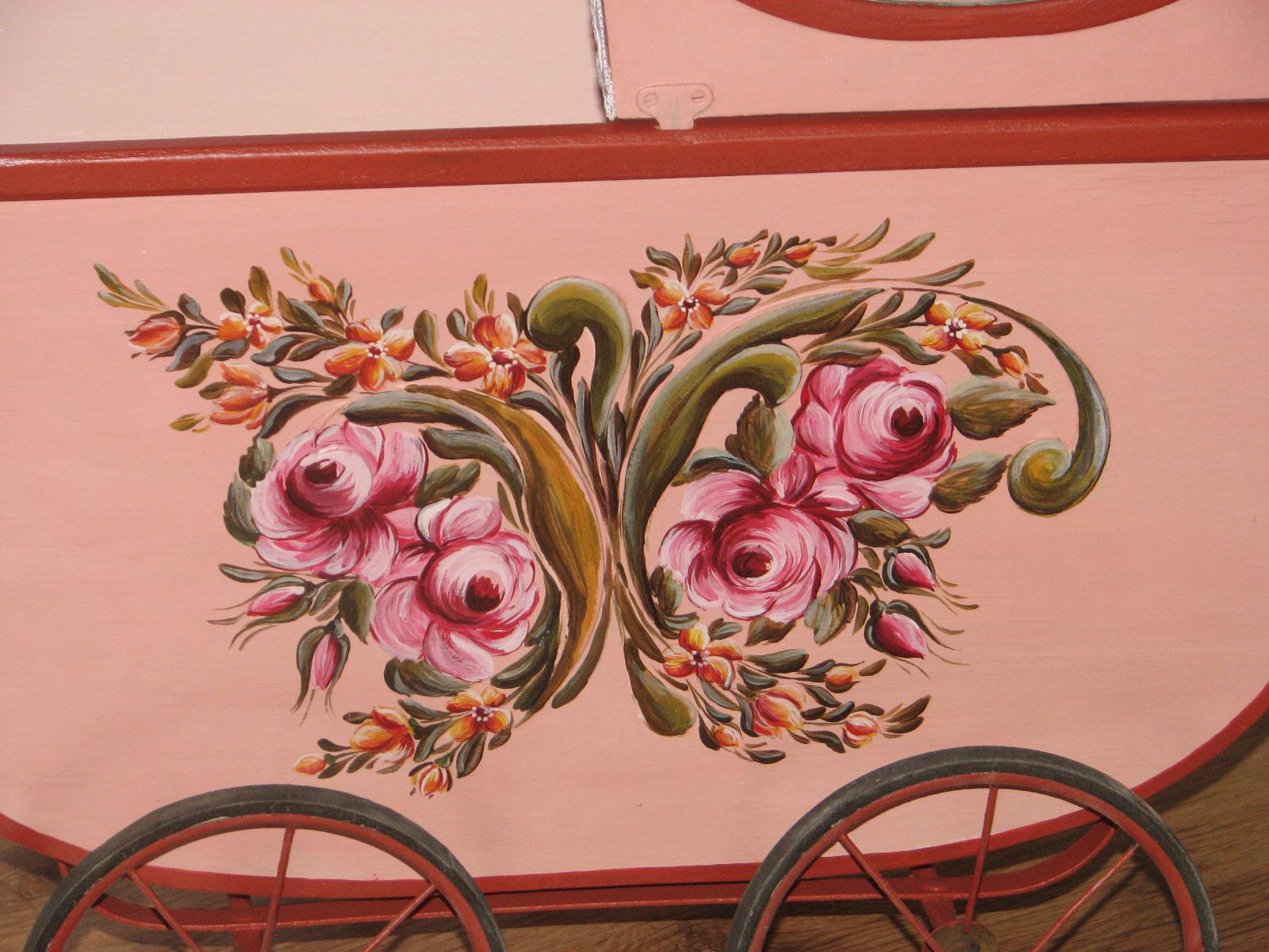Růžový starožitný malovaný kočárek detail