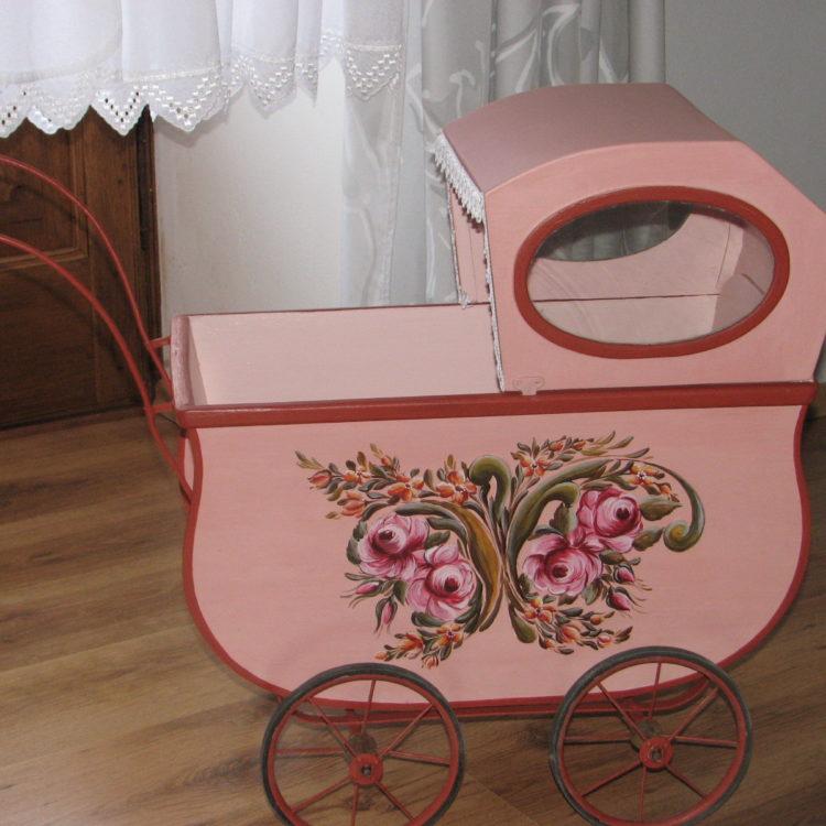 Růžový starožitný malovaný kočárek pravý bok