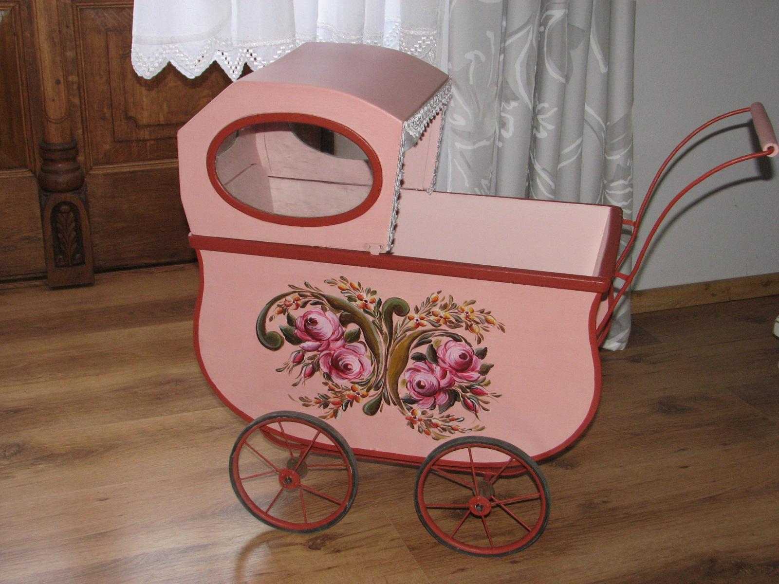 Růžový starožitný malovaný kočárek levý bok