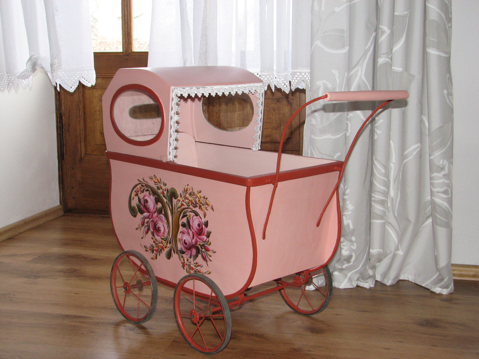 Růžový starožitný malovaný kočárek 2