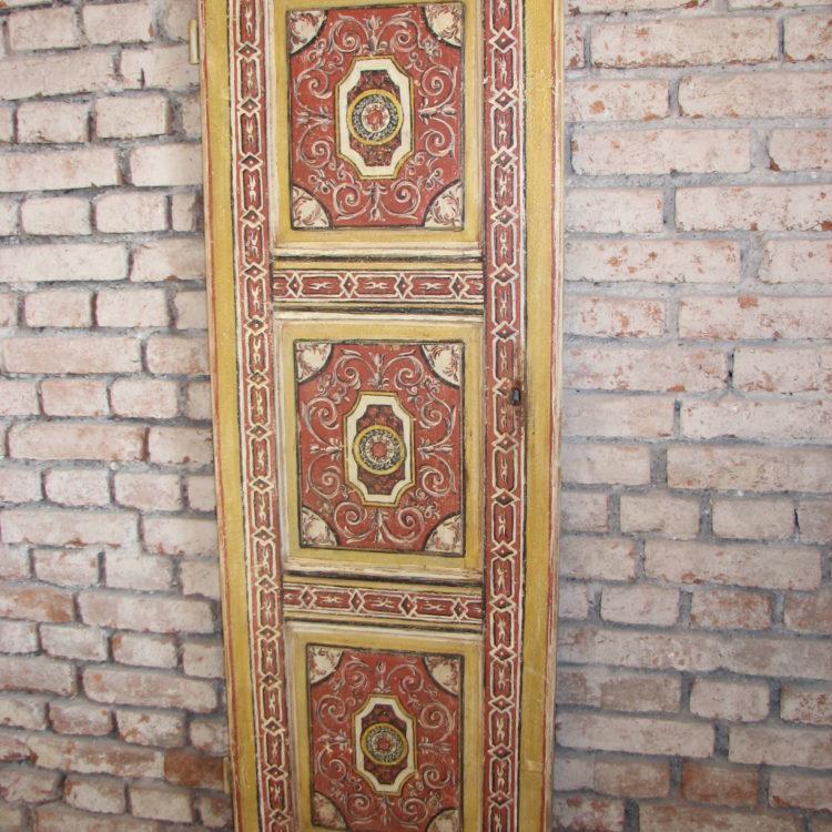 Ručně malované dveře s ornamentálním vzorem