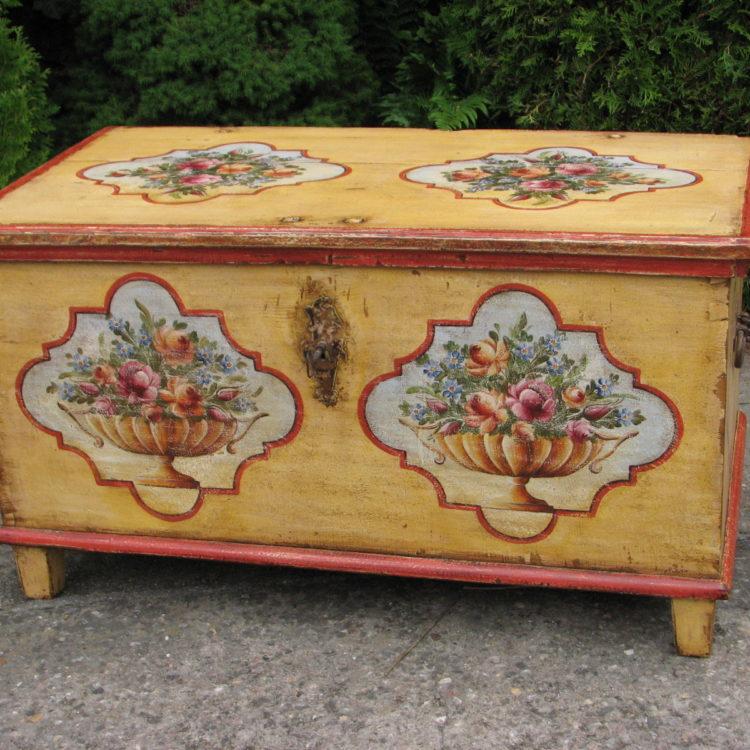 Dřevěná malovaná truhla v barvě žluté s motivem růží 2