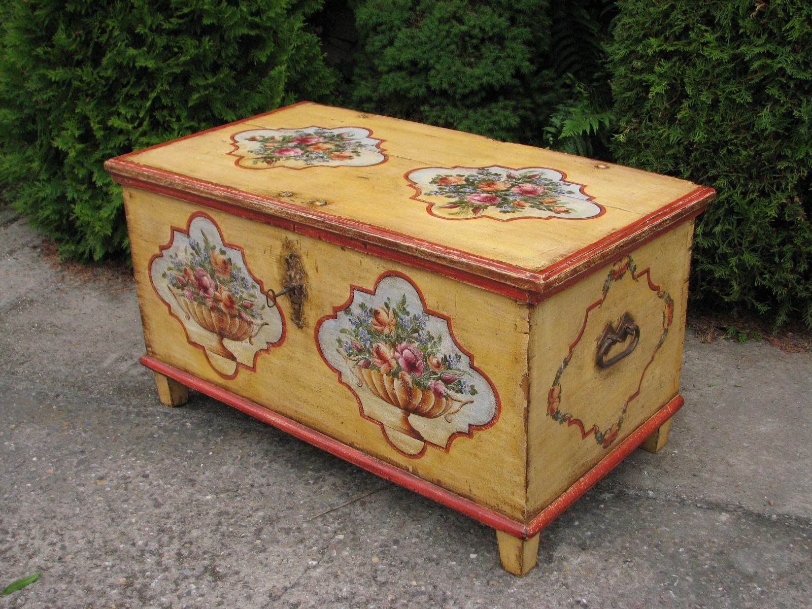 Dřevěná malovaná truhla v barvě žluté s motivem růží 3