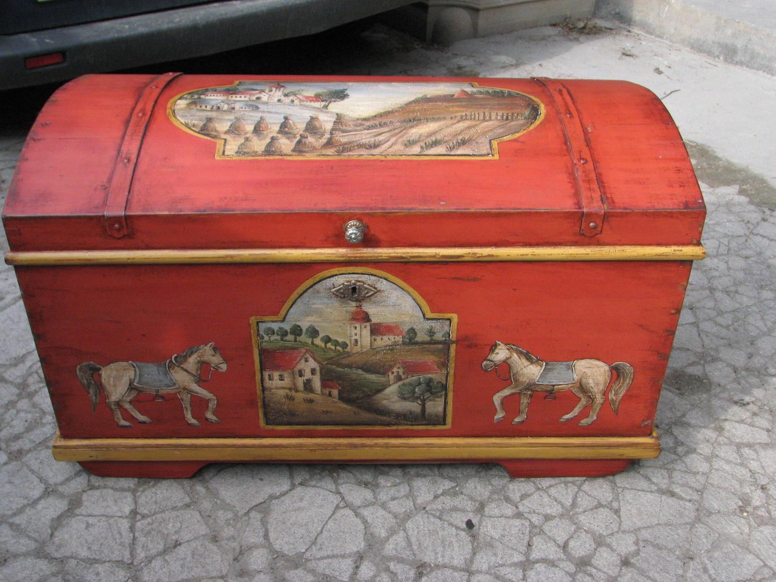 Selská malovaná truhla červená s malbou krajiny a koníků