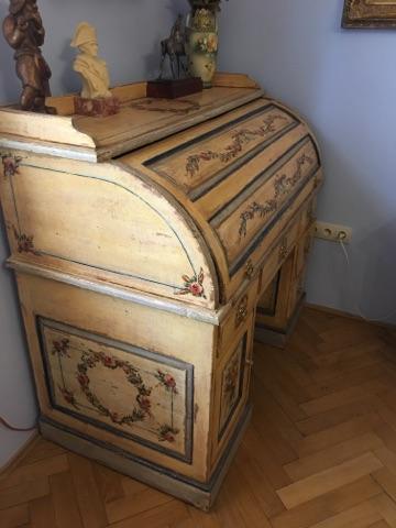 Malovaný psací stůl s roletou žlutý a patinovaný