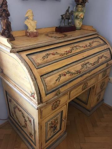Malovaný psací stůl s roletou žlutý a patinovaný 3