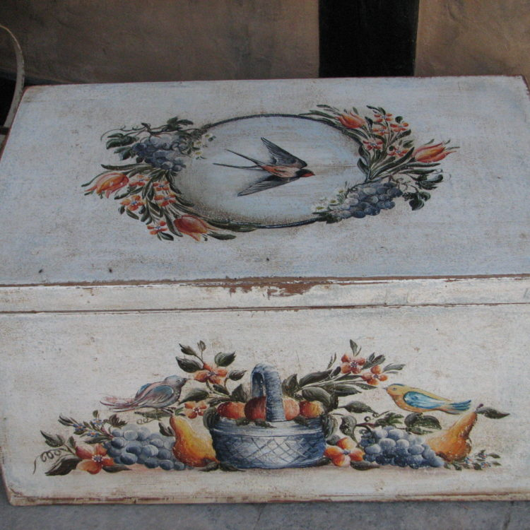 Malovaná selská truhla bílá s motivem léta a úrody 4