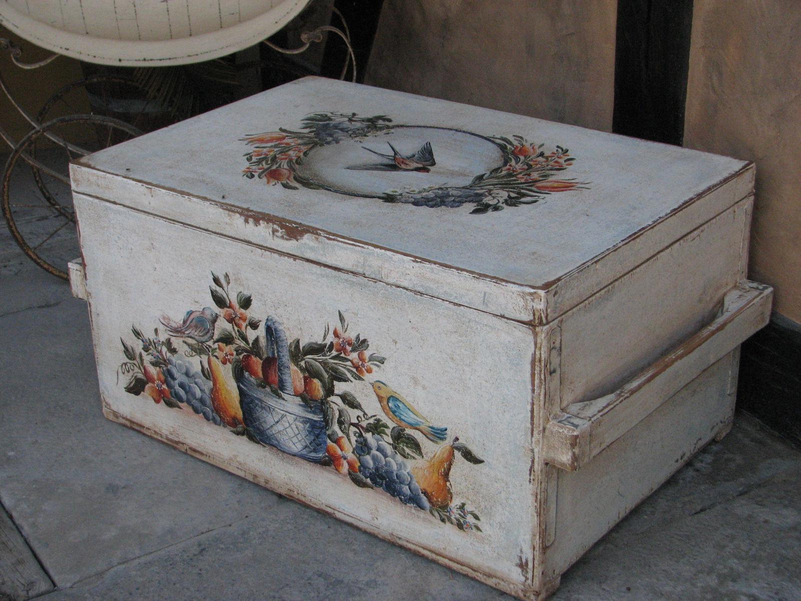 Malovaná selská truhla bílá s motivem léta a úrody