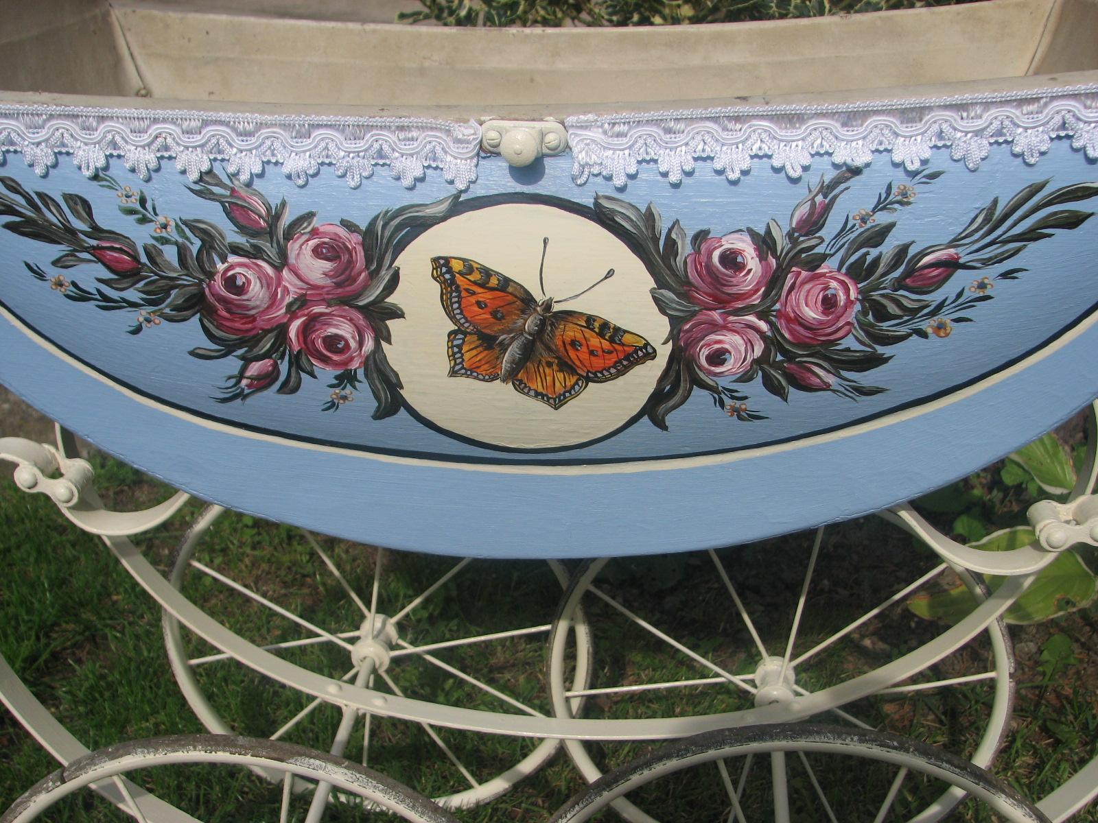 Malovaný starožitný kočárek bledě modrý s babočkou 2