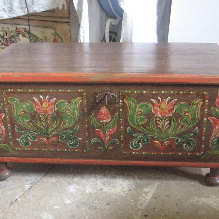 Hnědá dřevěná truhla s malovaným lidovým florálním motivem 4