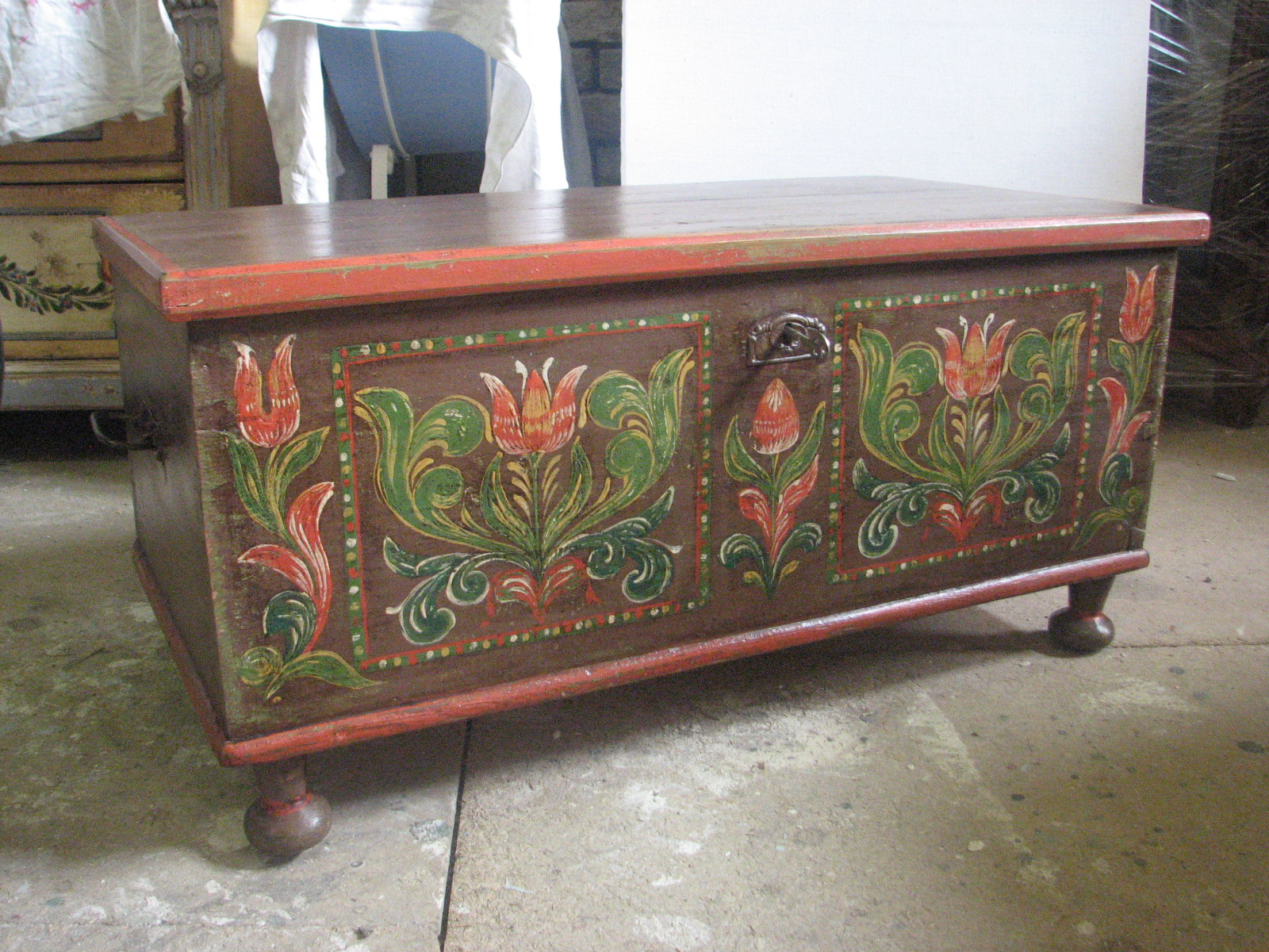 Hnědá dřevěná truhla s malovaným lidovým florálním motivem 2