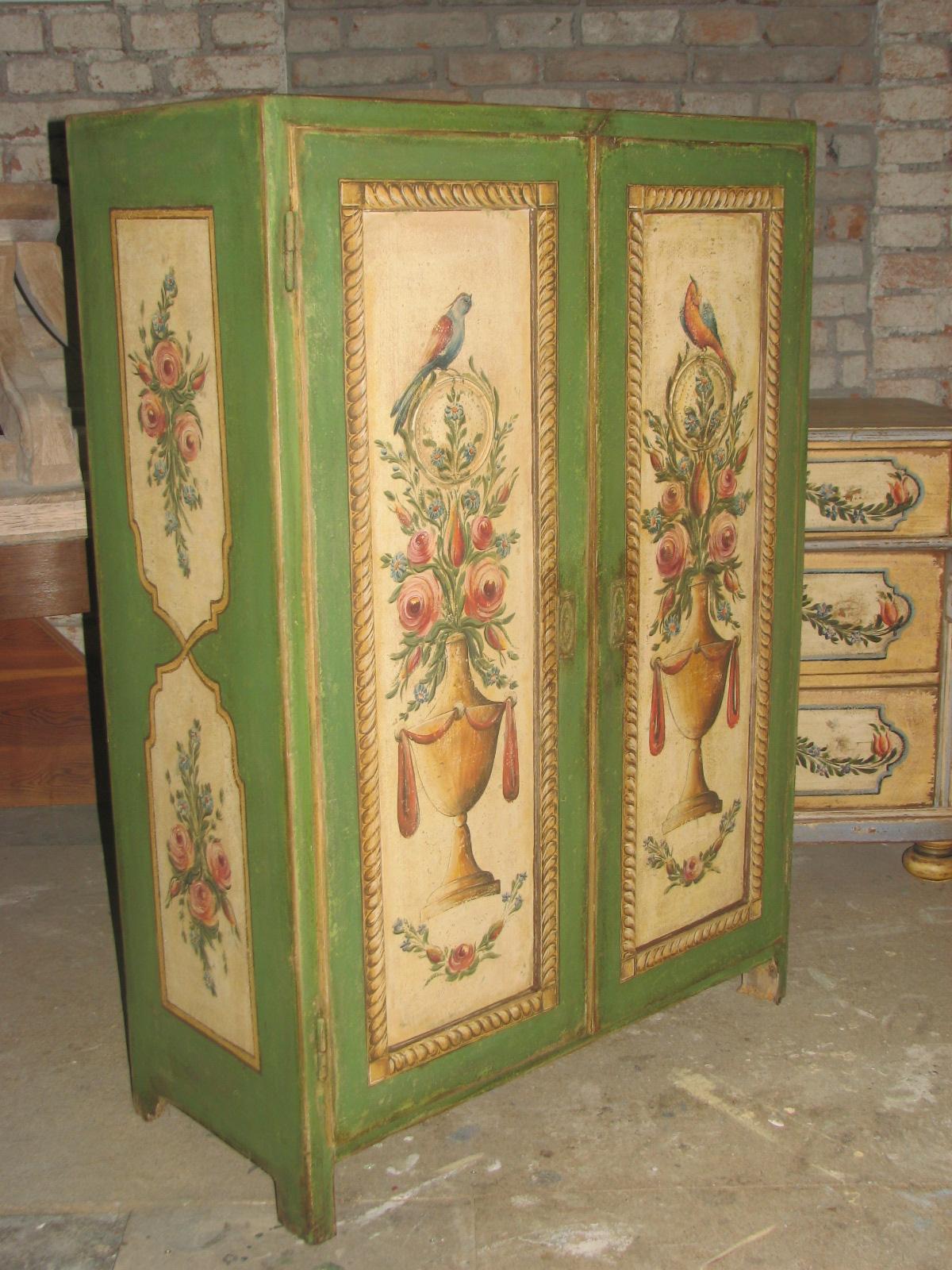 Zelená malovaná skříň s květinami a ptáky ze Stašovského mlýna
