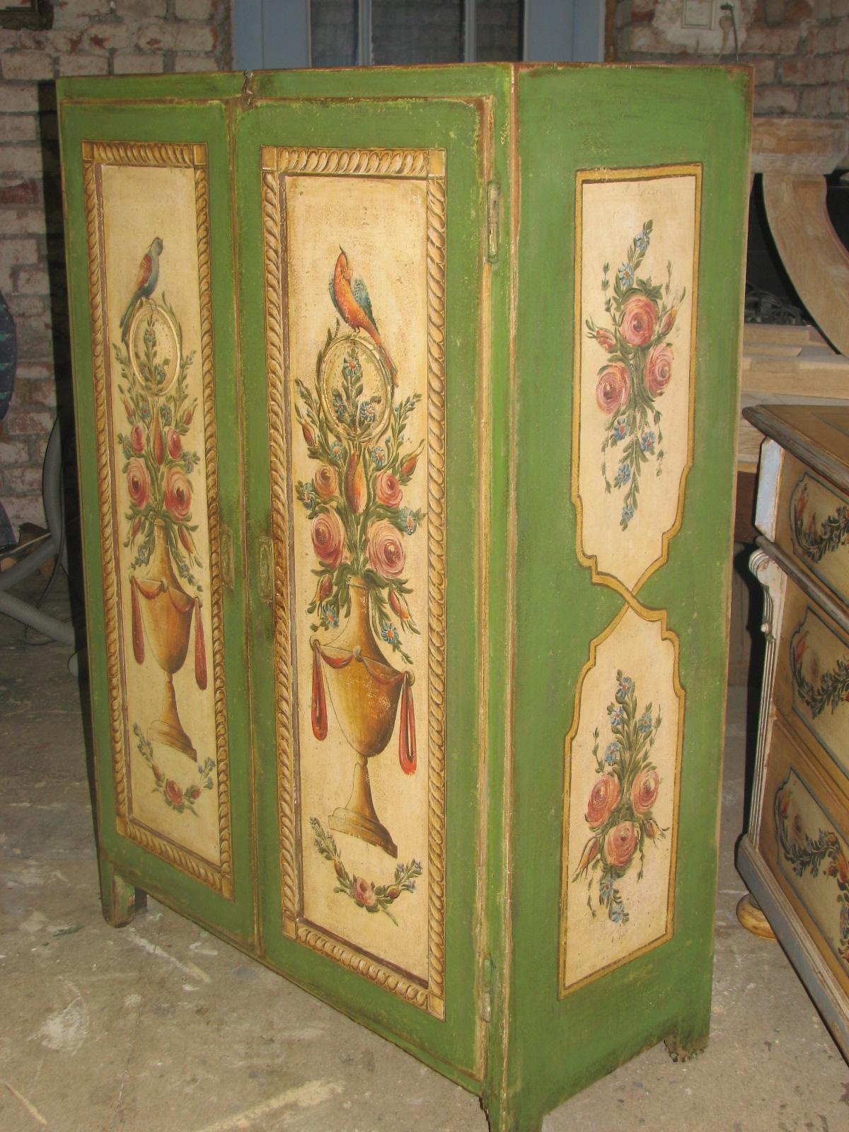 Zelená malovaná skříň s květinami a ptáky ze Stašovského mlýna 2