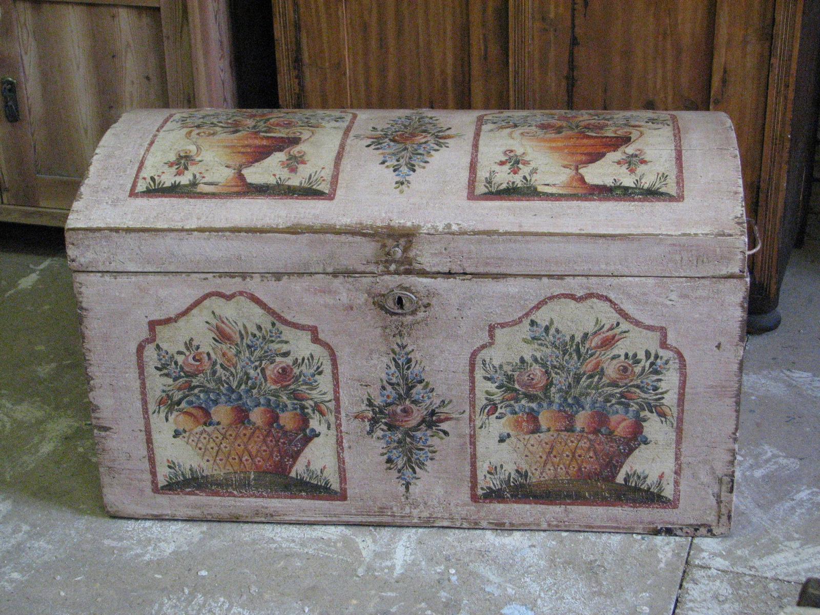 Malovaná truhla v růžové barvě s květinami a košíkem s ovocem