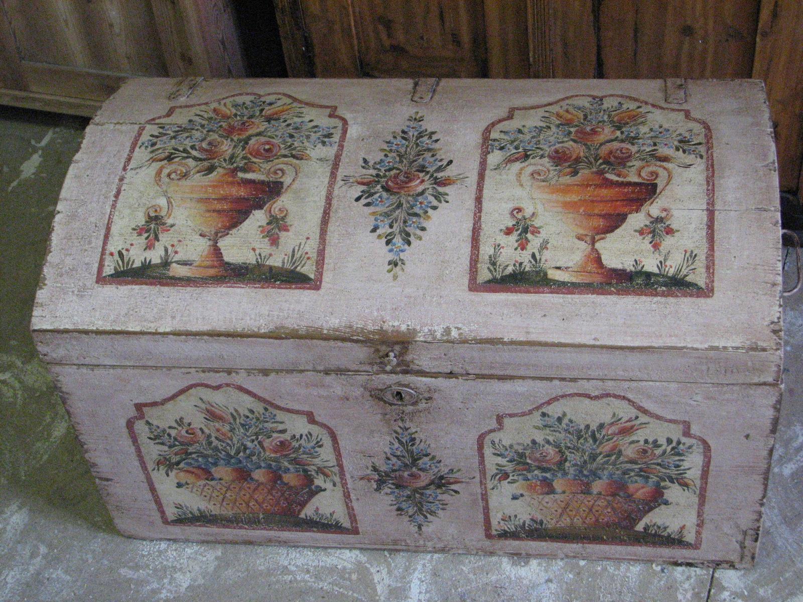 Malovaná truhla v růžové barvě s květinami a košíkem s ovocem 2