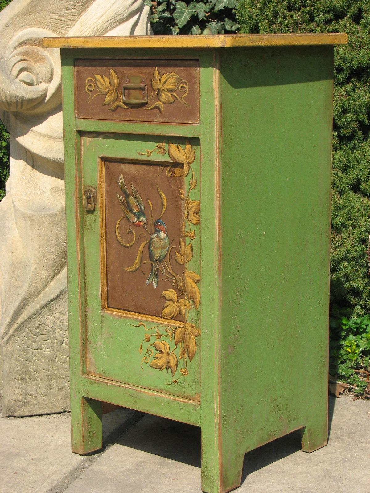 Malovaný noční stolek zelený s motivem vinné révy 4