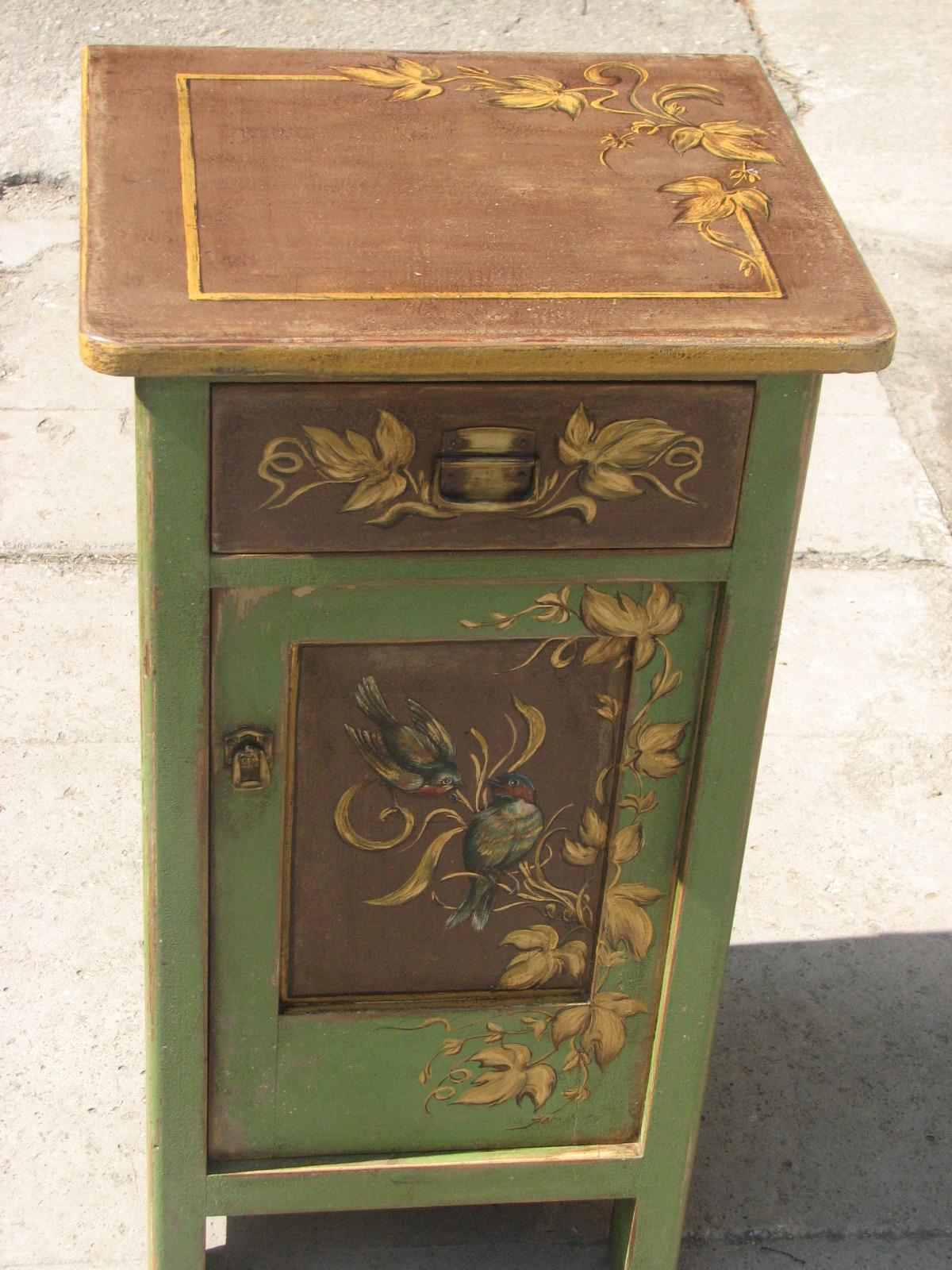 Malovaný noční stolek zelený s motivem vinné révy 2