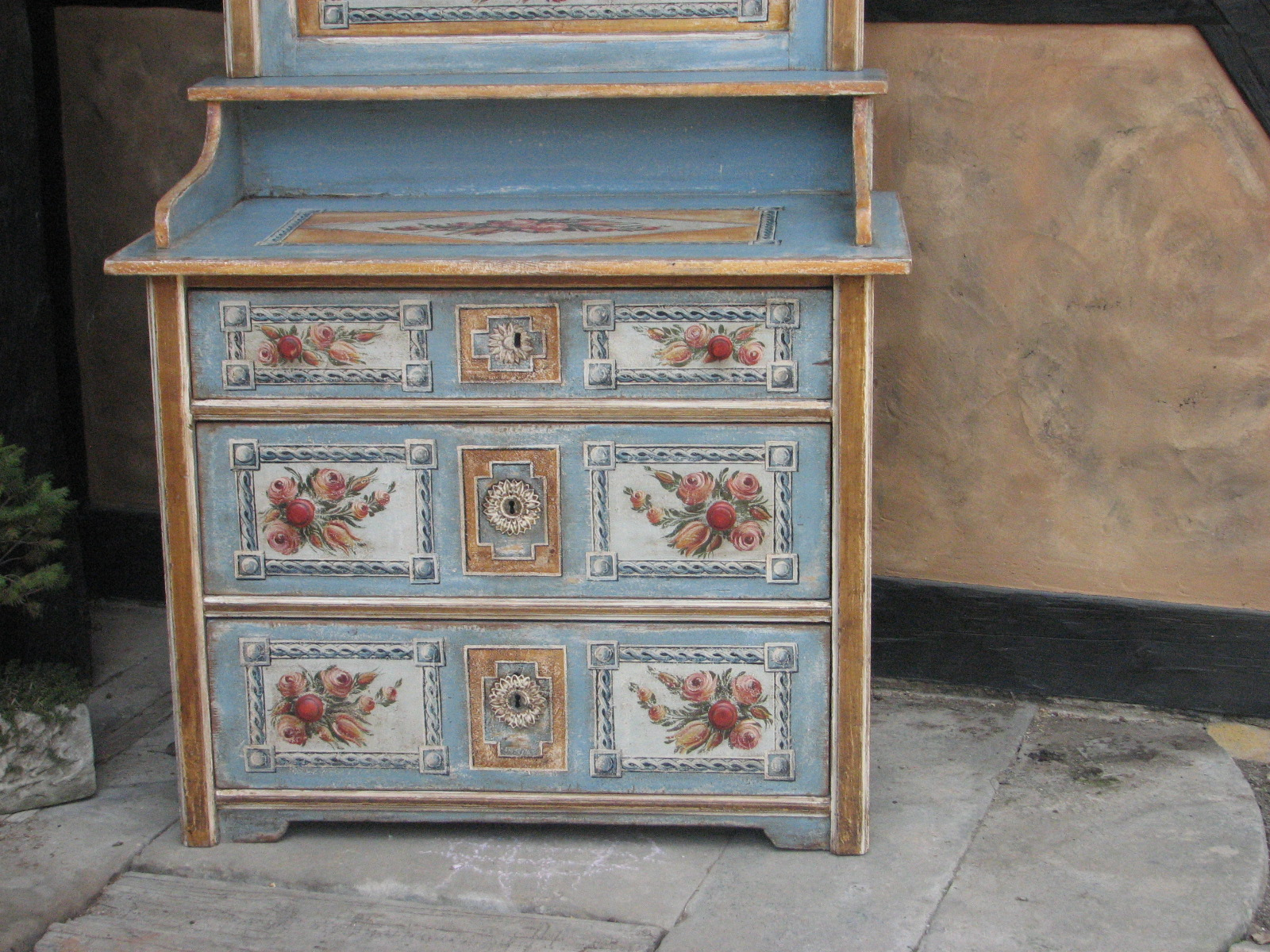 Selský malovaný toaletní stolek světle modrý 2