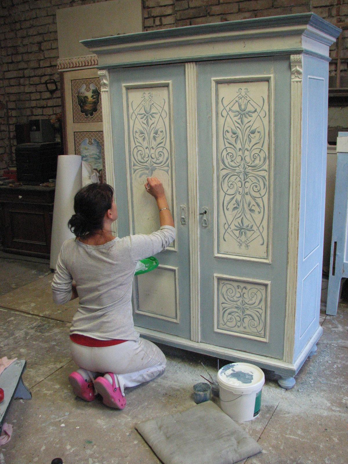Malovaná šedo-modrá skříň s ornamentálem