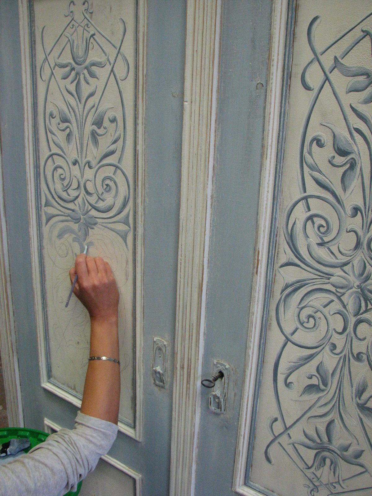 Malovaná šedo-modrá skříň s ornamentem detail