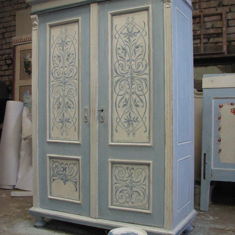 Malovaná šedo-modrá skříň s ornamentem