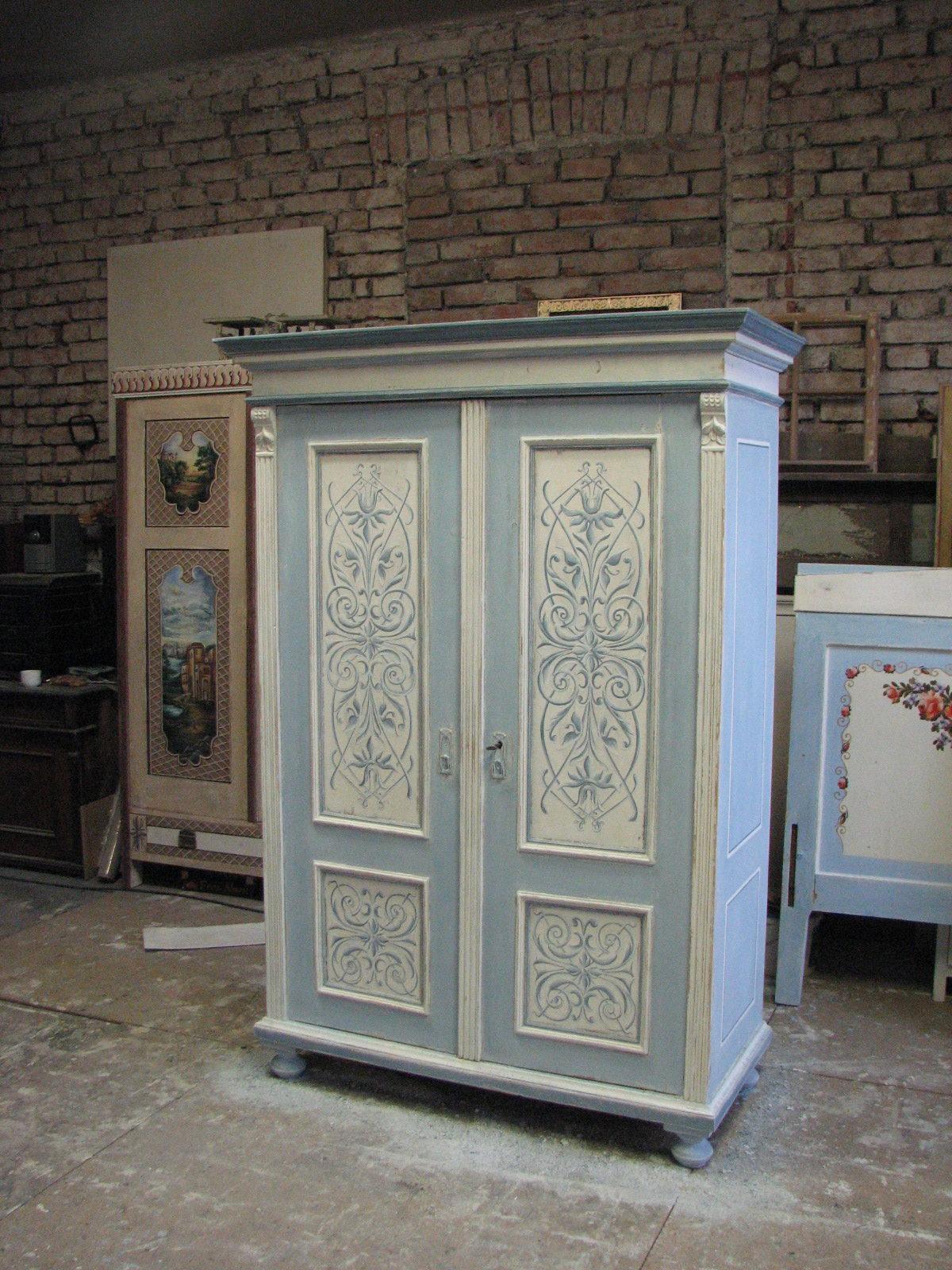Malovaná šedo-modrá skříň s ornamentem 2