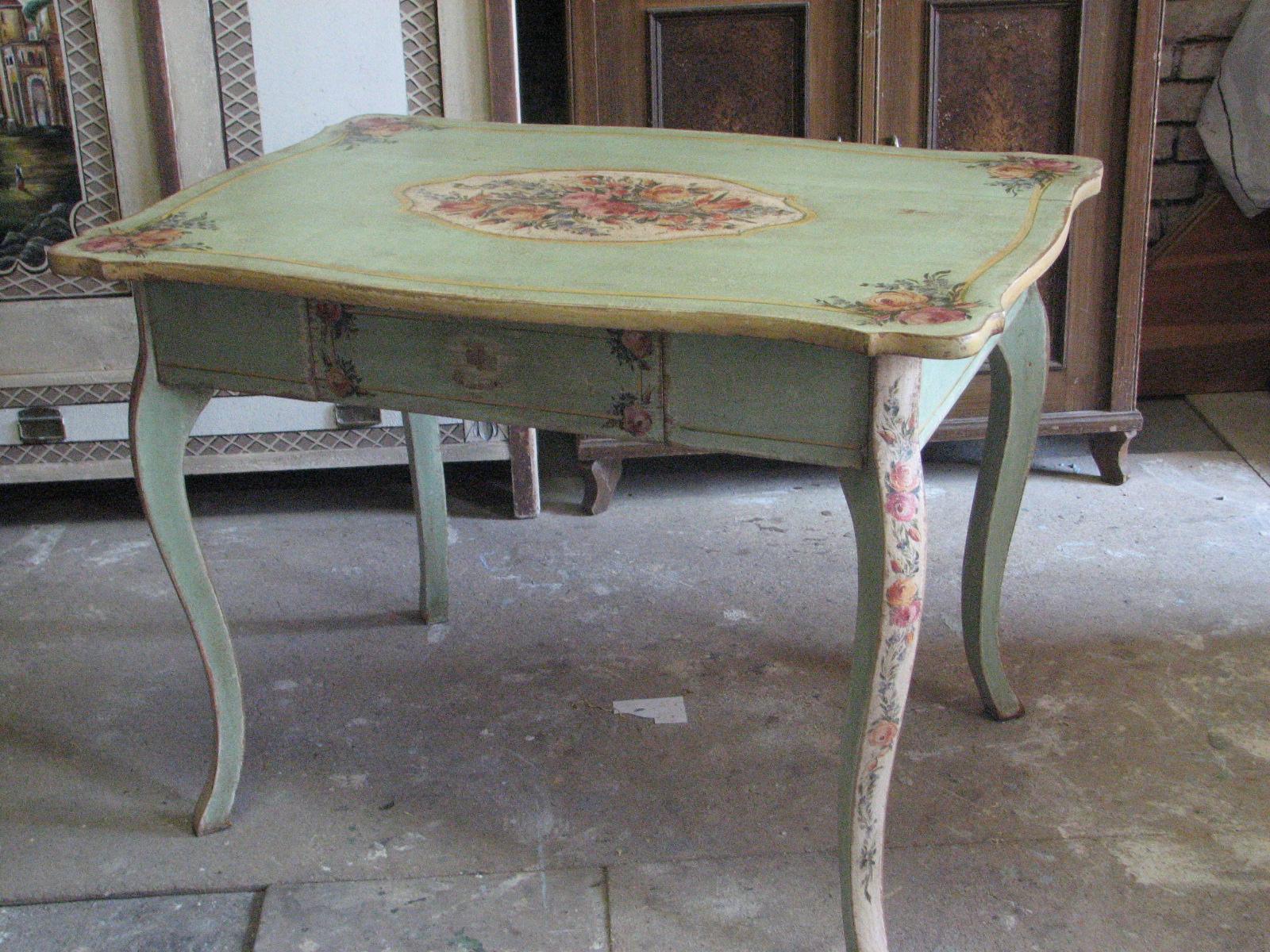 Romantický ozdobný malovaný stůl v italském stylu