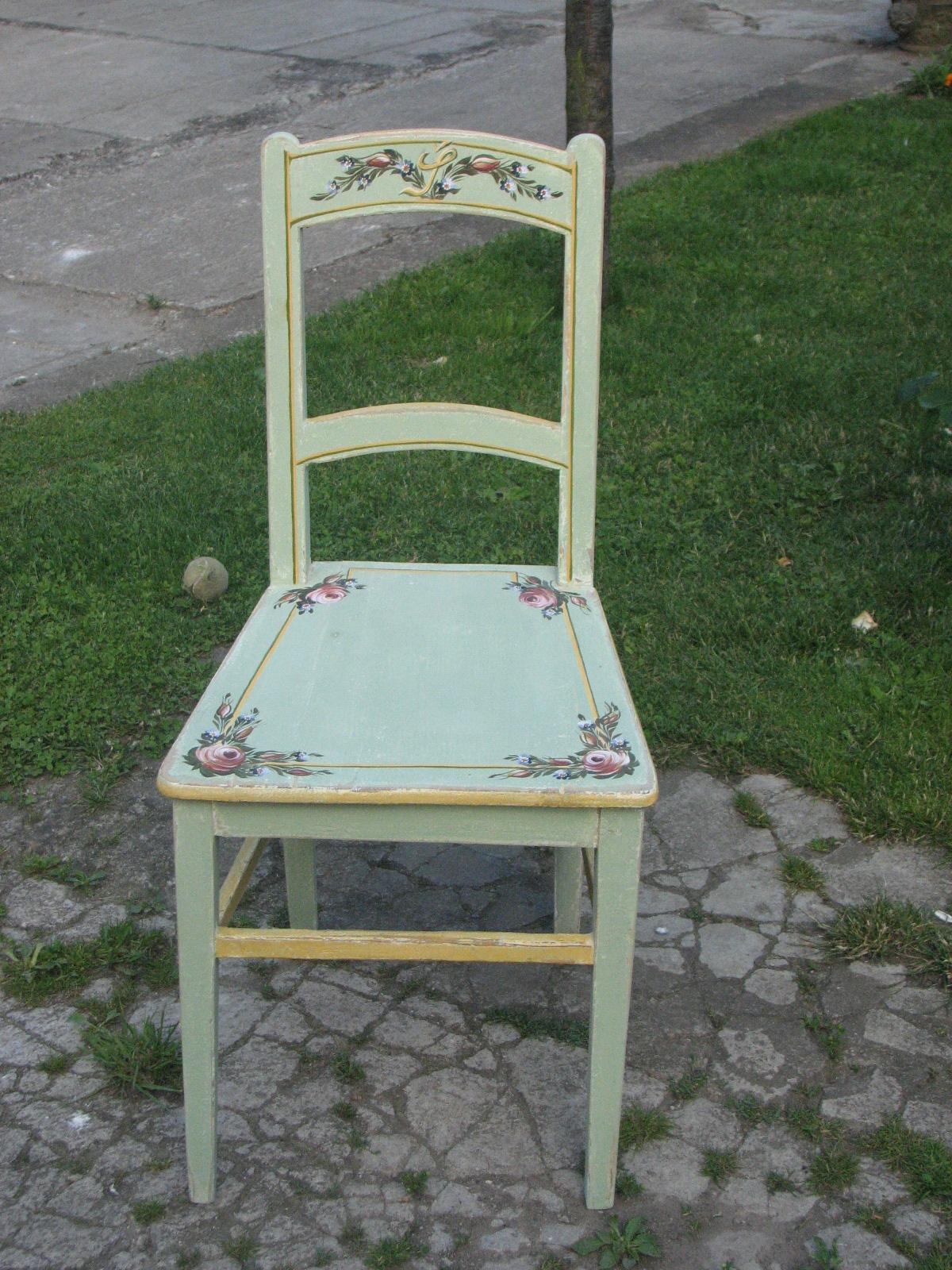 Ručně malovaná židle světle zelená s iniciály, růžemi a pomněnkami 2