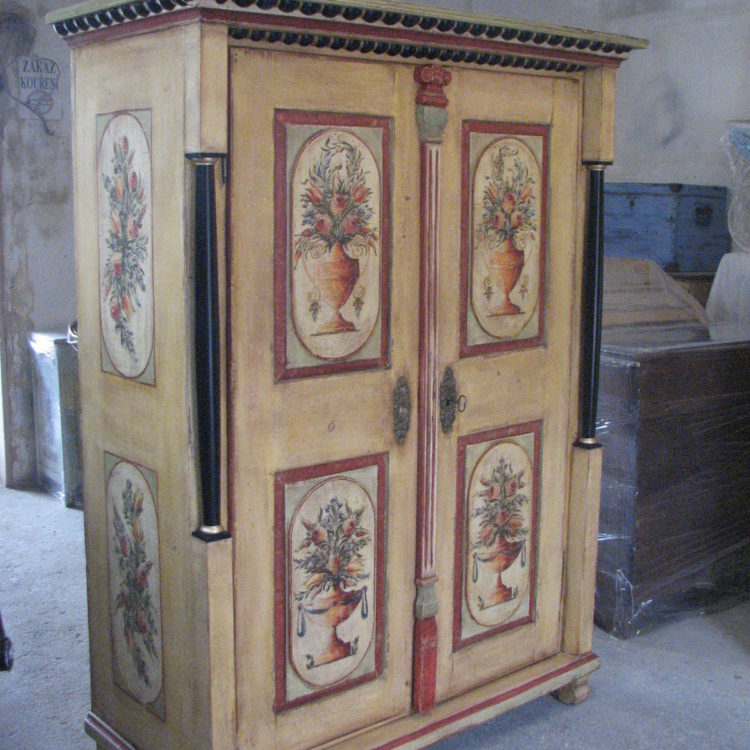 Malovaná dvoudveřová skříň biedermeier žlutá s malbou květin ve váze 2