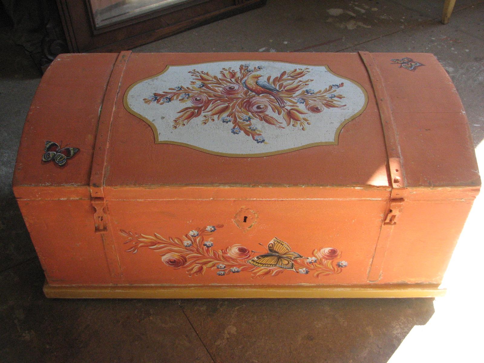 Selská malovaná truhla oranžová s motýlkem