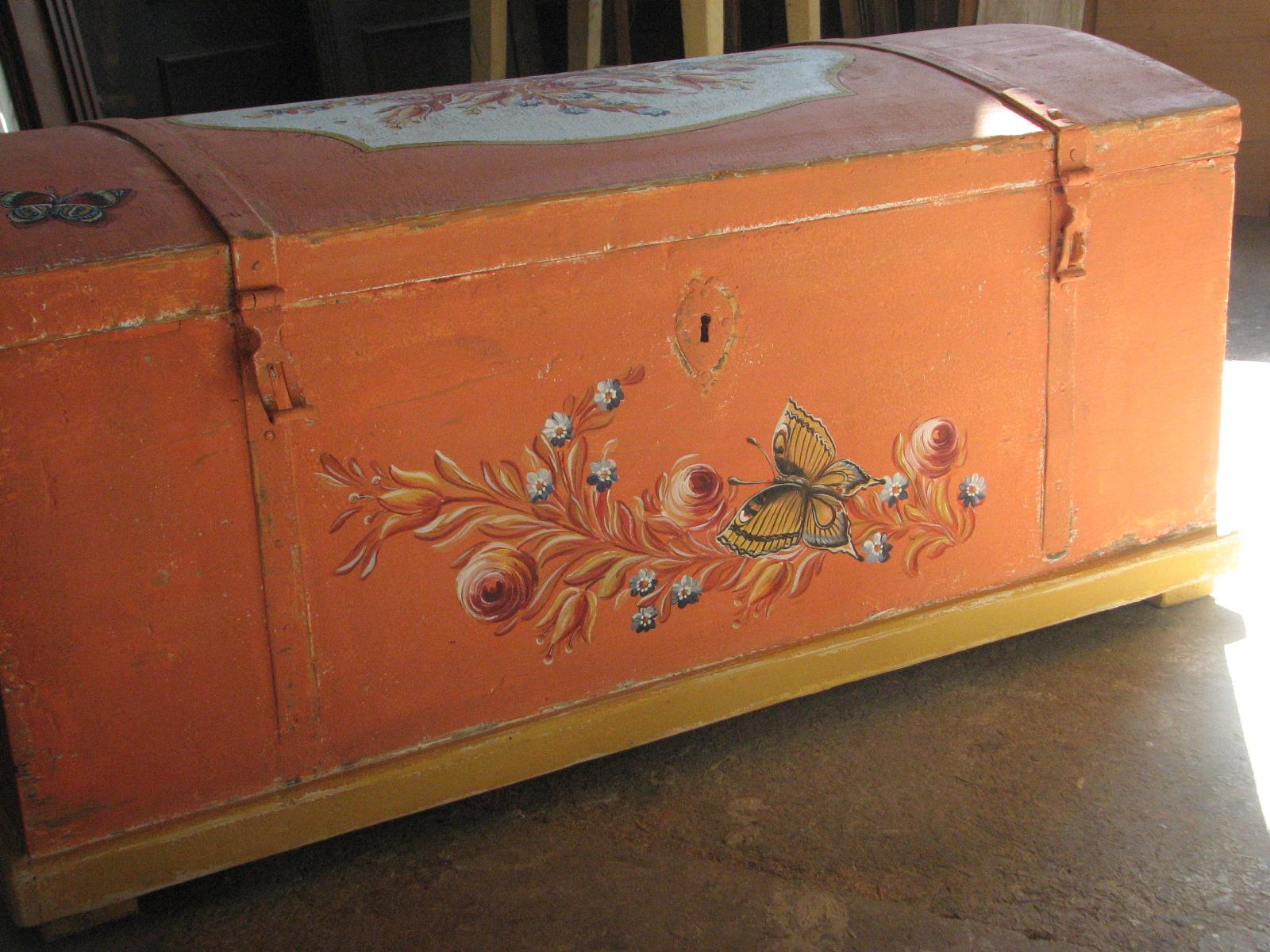 Selská malovaná truhla oranžová s motýlkem 2