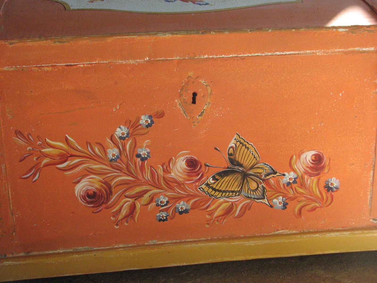 Selská malovaná truhla oranžová s motýlkem 4