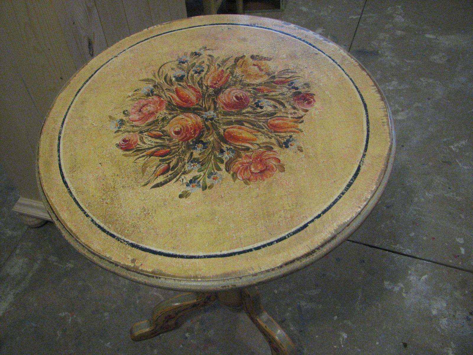 Květinový malovaný stolek na jedné noze ve žlutém odstínu