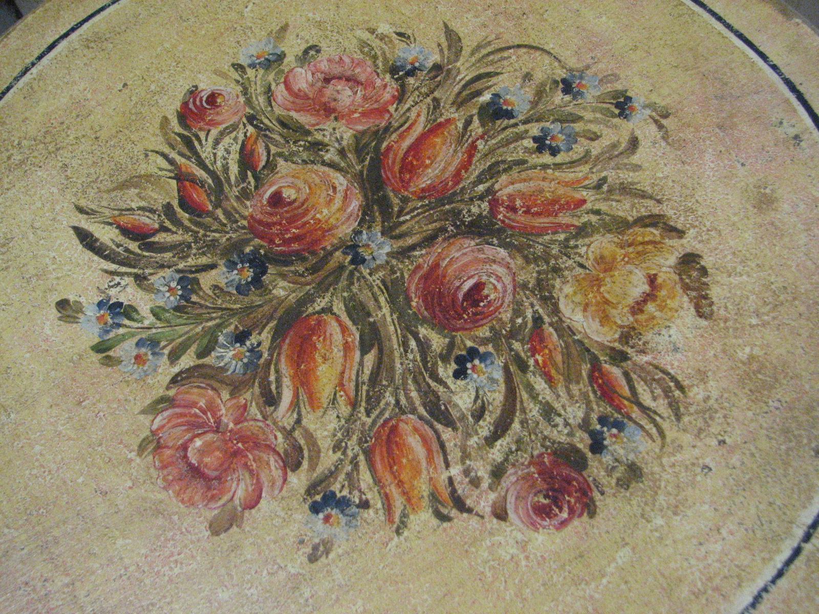 Květinový malovaný stolek na jedné noze ve žlutém odstínu 2