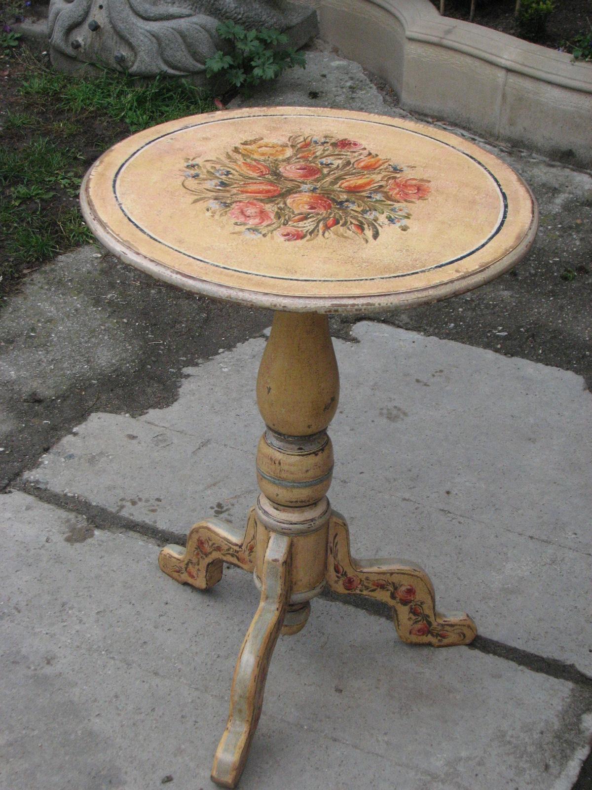 Květinový malovaný stolek na jedné noze ve žlutém odstínu 4