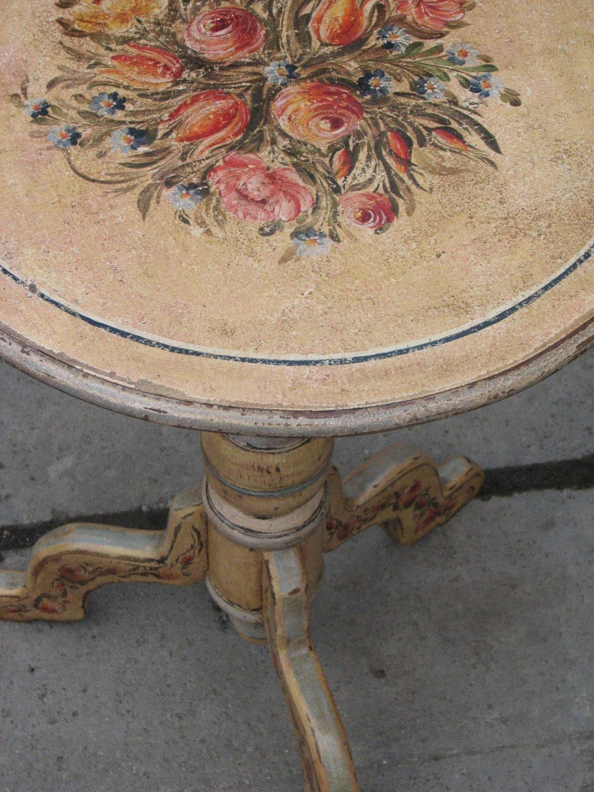 Květinový malovaný stolek na jedné noze ve žlutém odstínu 5