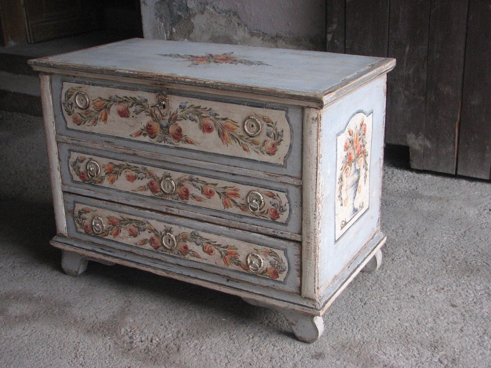 Malovaná komoda světle modrá se třemi zásuvkami s patinou a květy
