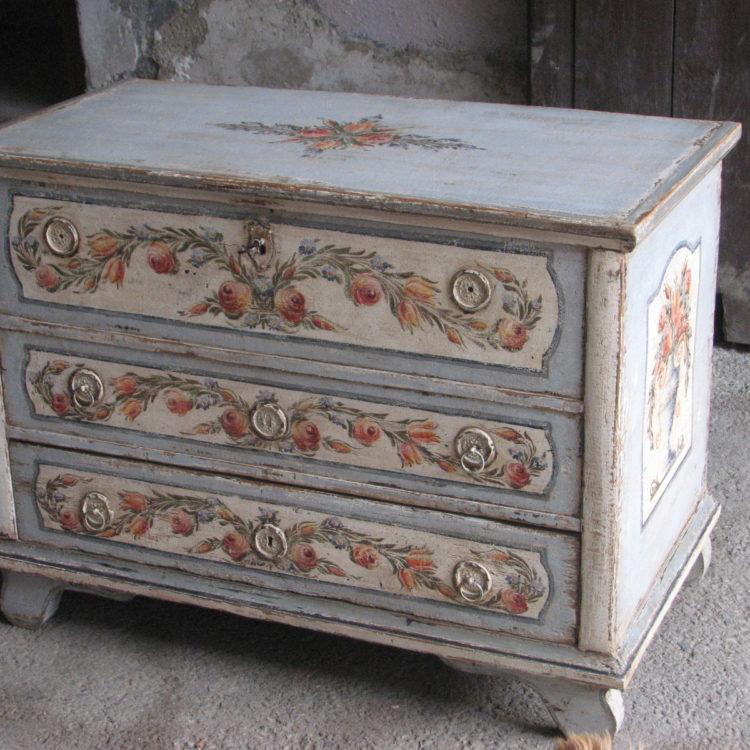 Malovaná komoda světle modrá se třemi zásuvkami s patinou a květy 2