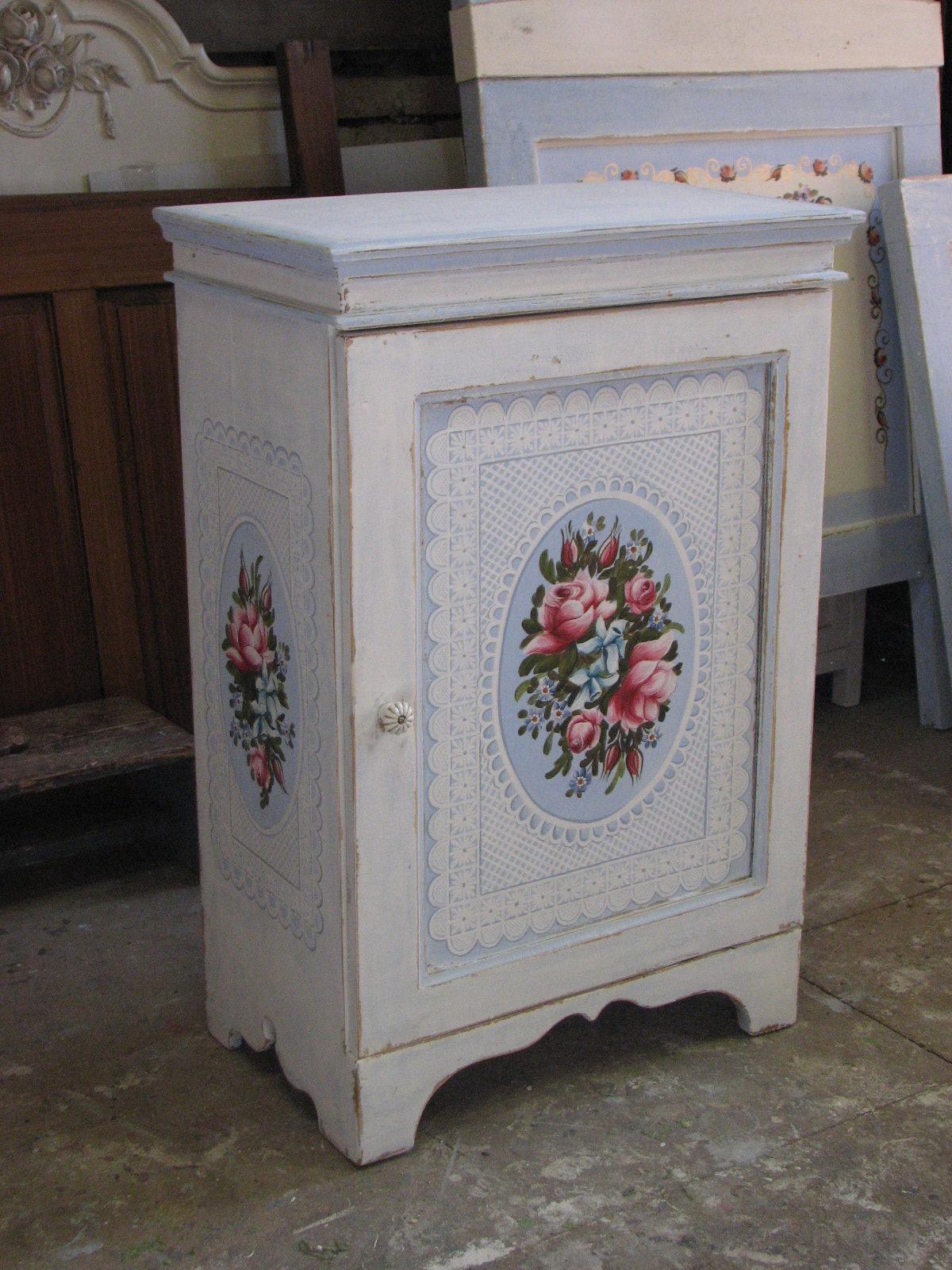 Romantická malovaná skříňka modro-bílá s růžemi