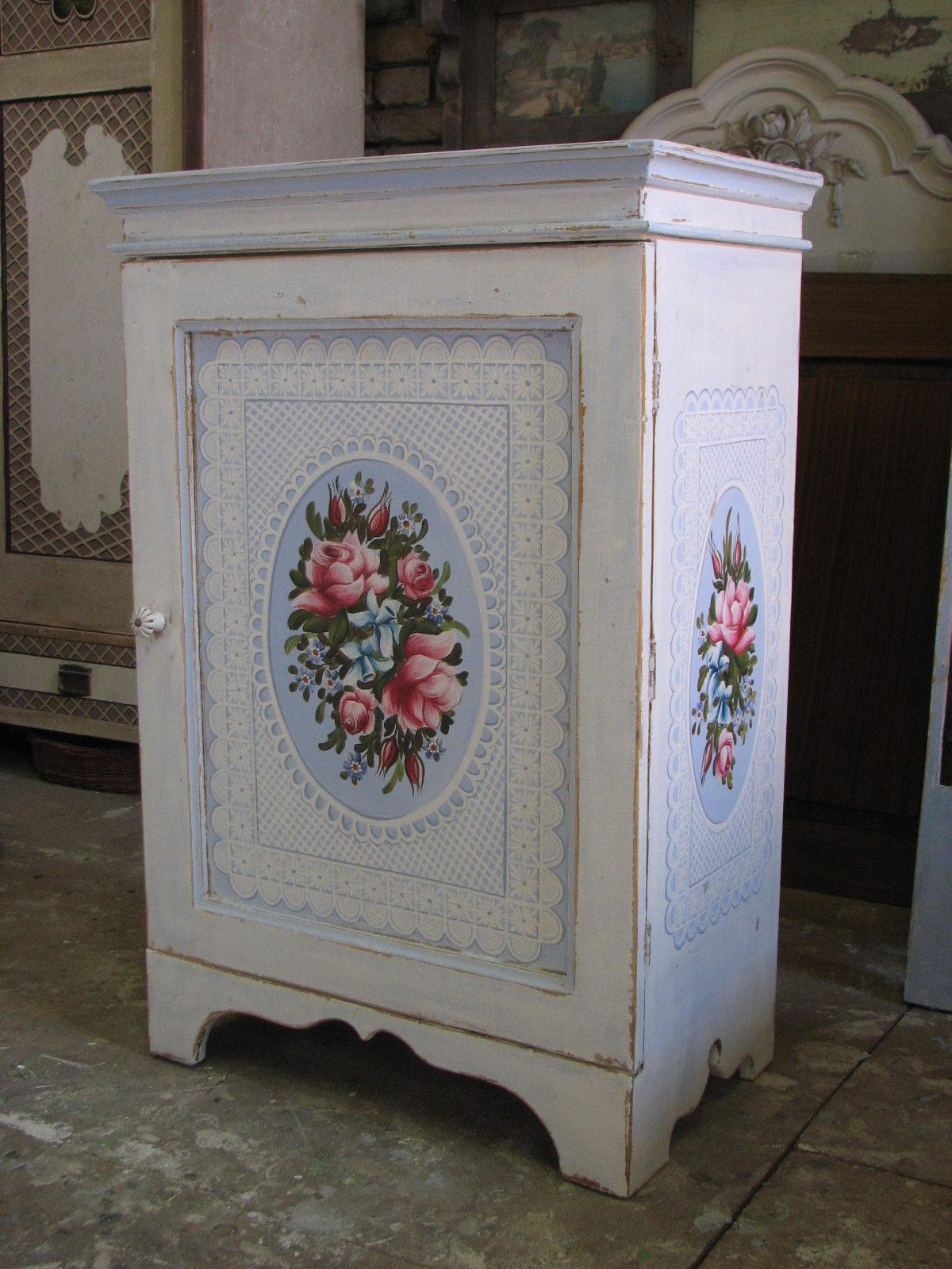 Romantická malovaná skříňka modro-bílá s růžemi 2