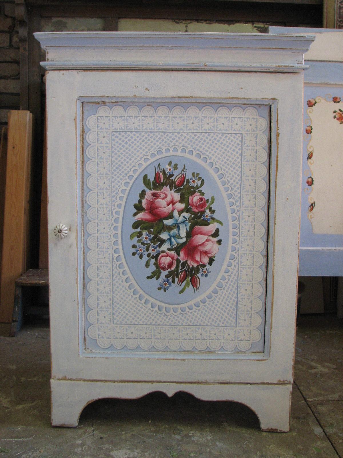 Romantická malovaná skříňka modro-bílá s růžemi 3