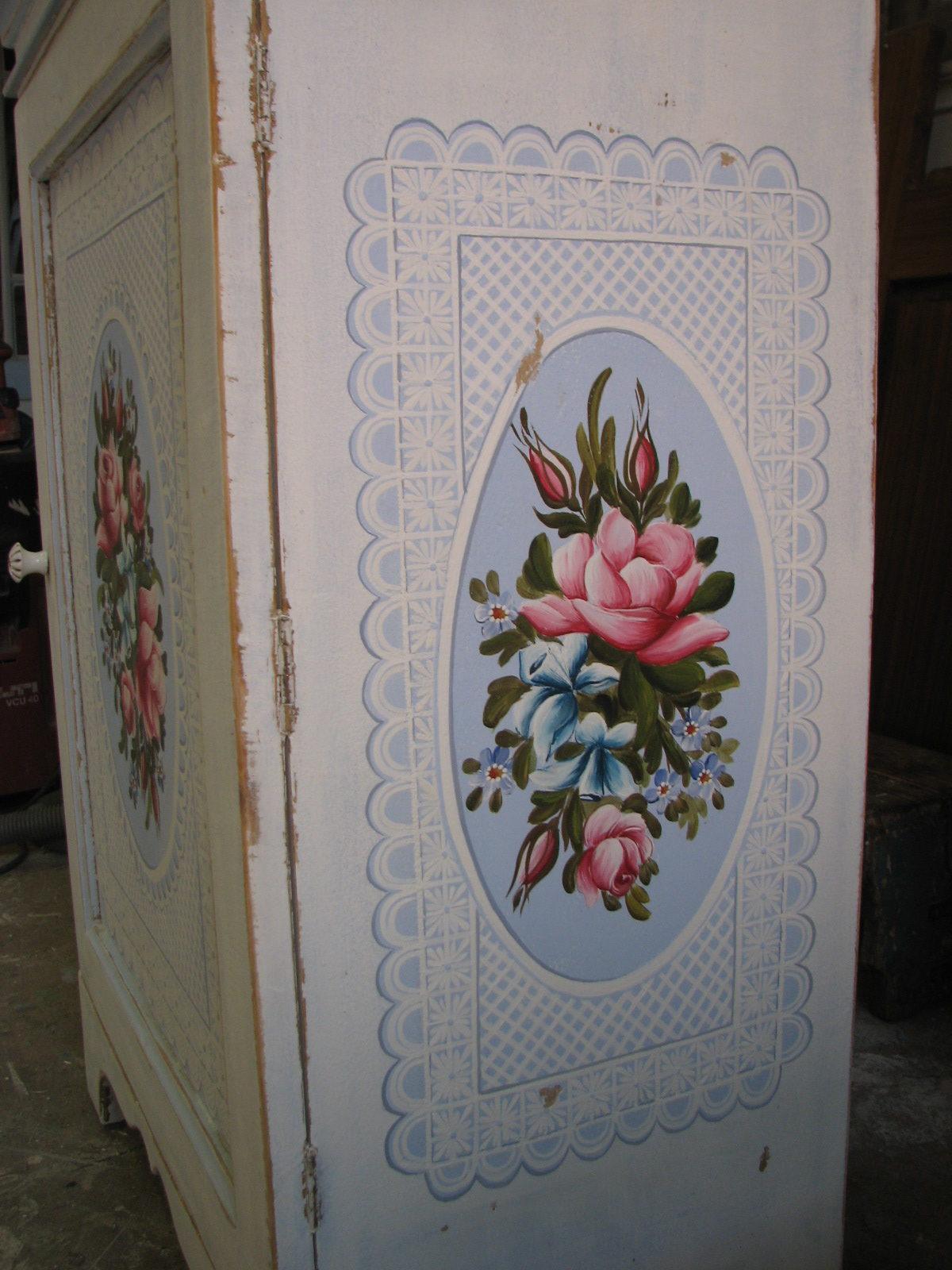 Romantická malovaná skříňka modro-bílá s růžemi pravý bok